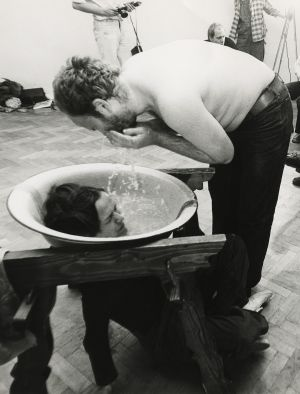 Kafa ile Aktiviteler KwieKulik'in 1978 tarihli <em>Activities with the Head</em> [Kafa ile Aktiviteler] performansından