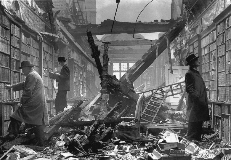 Bomb-damaged library of Holland House, London, 1940 Bombalanan Holland House kütüphanesi, Londra, 1940