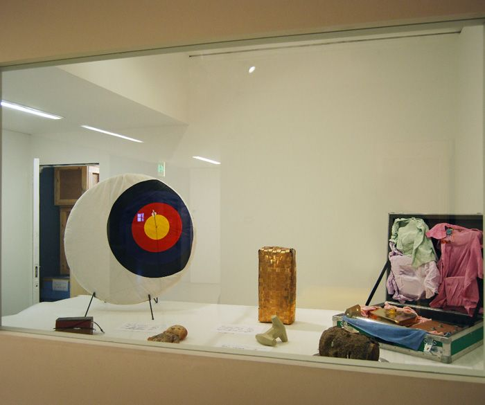 Martian Museum of Terrestrial Art                                                                                                                                                                                                                               <i>Martian Museum of Terrestrial Art</i> sergisindeki <i>Unclassified Objects</i> bölümünden, Barbican Art Gallery, Londra, 2008.